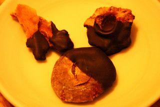 ERDBEERE CHOCOLATE-DIPPED DRIED FRUITS
